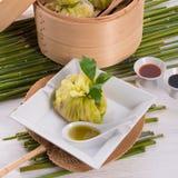 与米袋子的圆白菜 免版税库存照片