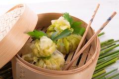 与米袋子的圆白菜 库存图片