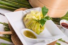 与米袋子的圆白菜 图库摄影