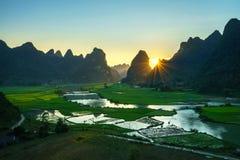 与米领域、河、山和低云的越南风景在清早在Trung Khanh,高平镇,越南 库存图片
