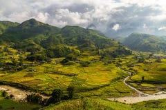 与米领域和村庄的越南谷 库存照片