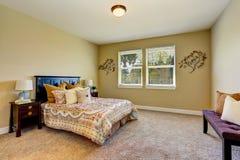 与米黄墙壁的可爱的卧室内部,木家具 库存照片