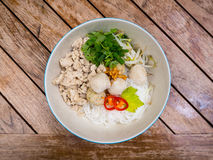 与米细面条和鸡球的泰国剁碎的鸡面条 免版税库存图片