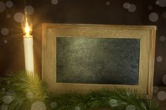 与粉笔板和雪的圣诞节蜡烛 库存照片