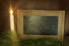 与粉笔板的圣诞节蜡烛 库存图片