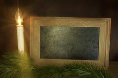 与粉笔板的圣诞节蜡烛 免版税库存照片