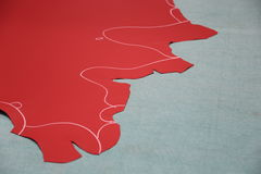 与粉笔线的红色皮革灰色表面上 免版税库存图片