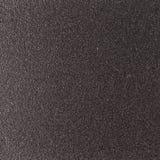 与粗砺的被点刻的一根发光的金属板的背景纹理 库存照片