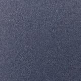 与粗砺的被点刻的一根发光的金属板的背景纹理 库存图片