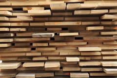 与粗砺的被锯的木板条的堆 免版税库存图片