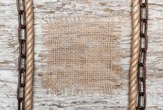 与粗麻布、绳索和链子的土气背景 库存照片