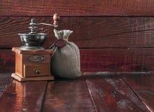 与粗麻布大袋的咖啡碾 库存照片