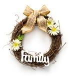 与粗麻布弓的家庭花圈在白色背景 库存图片