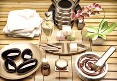 与精华油,自然肥皂,软的毛巾的温泉设置 纵容 免版税图库摄影