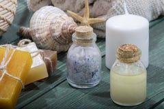 与精华油,自然肥皂,软的毛巾的温泉设置 免版税图库摄影
