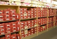 鞋子时尚商店 免版税库存照片