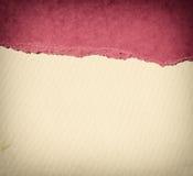 与精美条纹样式和桃红色葡萄酒被撕毁的纸的老帆布纹理背景 免版税库存图片