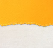 与精美条纹样式和橙色葡萄酒被撕毁的纸的老帆布纹理背景 图库摄影