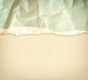 与精美条纹样式和葡萄酒被撕毁的纸的老帆布纹理背景 图库摄影