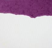 与精美条纹样式和紫色葡萄酒被撕毁的纸的老帆布纹理背景 免版税库存图片
