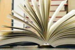 与精装书的构成在图书馆里 免版税库存图片