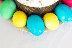 与糖渍的结冰和复活节彩蛋的复活节蛋糕在白色桌布背景 免版税库存照片