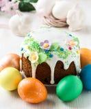 与糖渍的结冰和装饰的复活节蛋糕 免版税库存图片