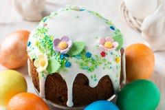 与糖渍的结冰和装饰的复活节蛋糕 免版税库存照片
