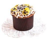 与糖煮的中提琴三色花的复活节蛋糕在鞋带餐巾 库存照片