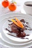与糖煮的橙皮的巧克力蛋糕 免版税图库摄影