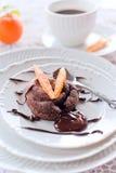 与糖煮的橙皮的巧克力蛋糕 免版税库存照片