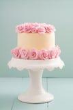 与糖玫瑰的蛋糕 库存图片