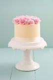 与糖玫瑰的蛋糕 免版税库存照片