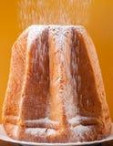 与糖粉打扫灰尘的Pandoro  免版税库存图片