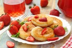 与糖粉末和草莓的薄煎饼 免版税图库摄影