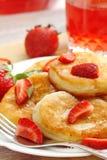 与糖粉末和草莓的薄煎饼 库存照片