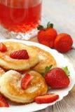 与糖粉末和草莓的薄煎饼 库存图片