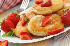 与糖粉末和草莓的薄煎饼 图库摄影