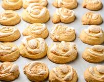 与糖粉末的自创有壳的小圆面包 库存照片
