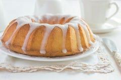 与糖釉的Bundt蛋糕 免版税库存照片