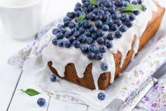 与糖结冰的蓝莓蛋糕 图库摄影