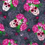 与糖头骨和桃红色玫瑰的无缝的样式 库存照片