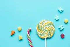 与糖candys的棒棒糖设计在蓝色背景顶视图大模型 库存图片