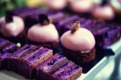 与素食主义者白色巧克力结冰和macaron的紫色天鹅绒蛋糕 免版税库存图片