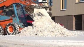 与紧凑现代机器的自动化的积雪的清除在都市停车处 4K 影视素材