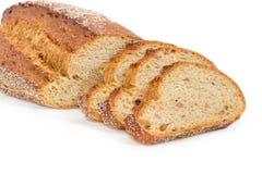 与紧密整个发芽的麦子五谷的部分切的黑面包 免版税库存图片