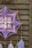 与紫晶的特写镜头现代dreamcatcher星坛场和在木背景的孔雀羽毛 库存图片