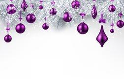 与紫色圣诞节球的背景 皇族释放例证