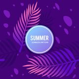 与紫色无缝的样式的棕榈叶 免版税库存图片