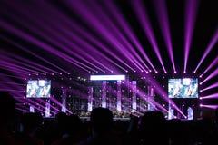 与紫色照明设备的乐队音乐会在夜 图库摄影